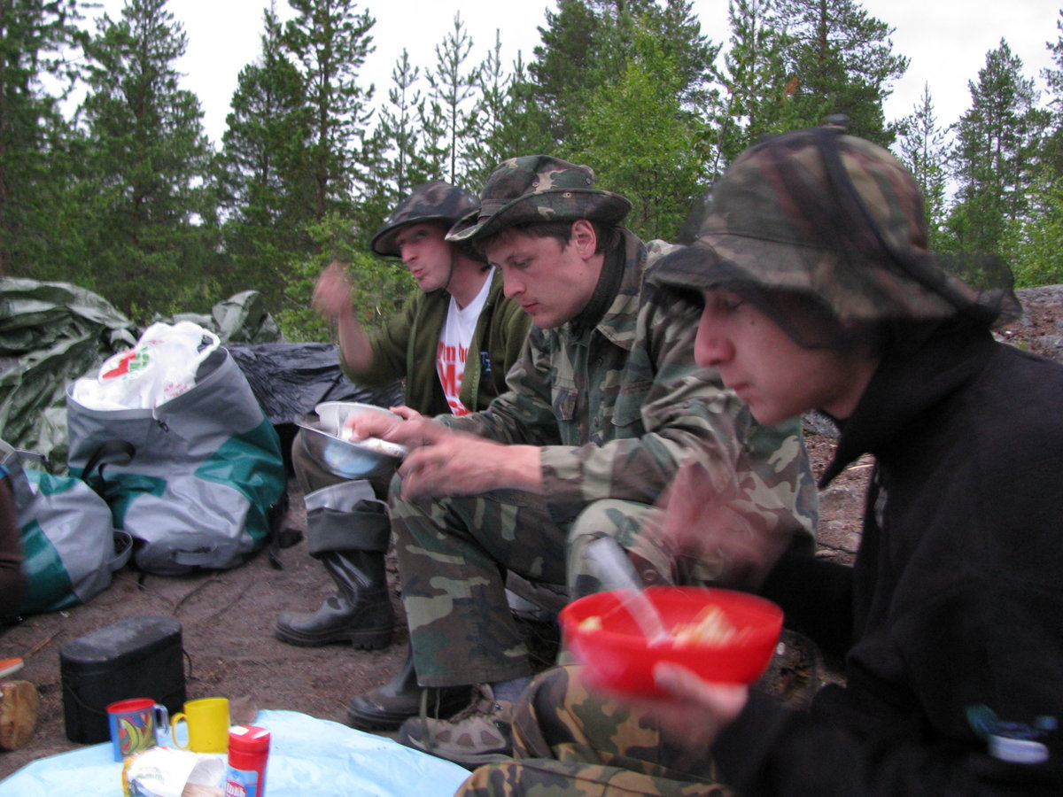 Еда в походе очень аппетитная. Торопятся освободить место для добавки.