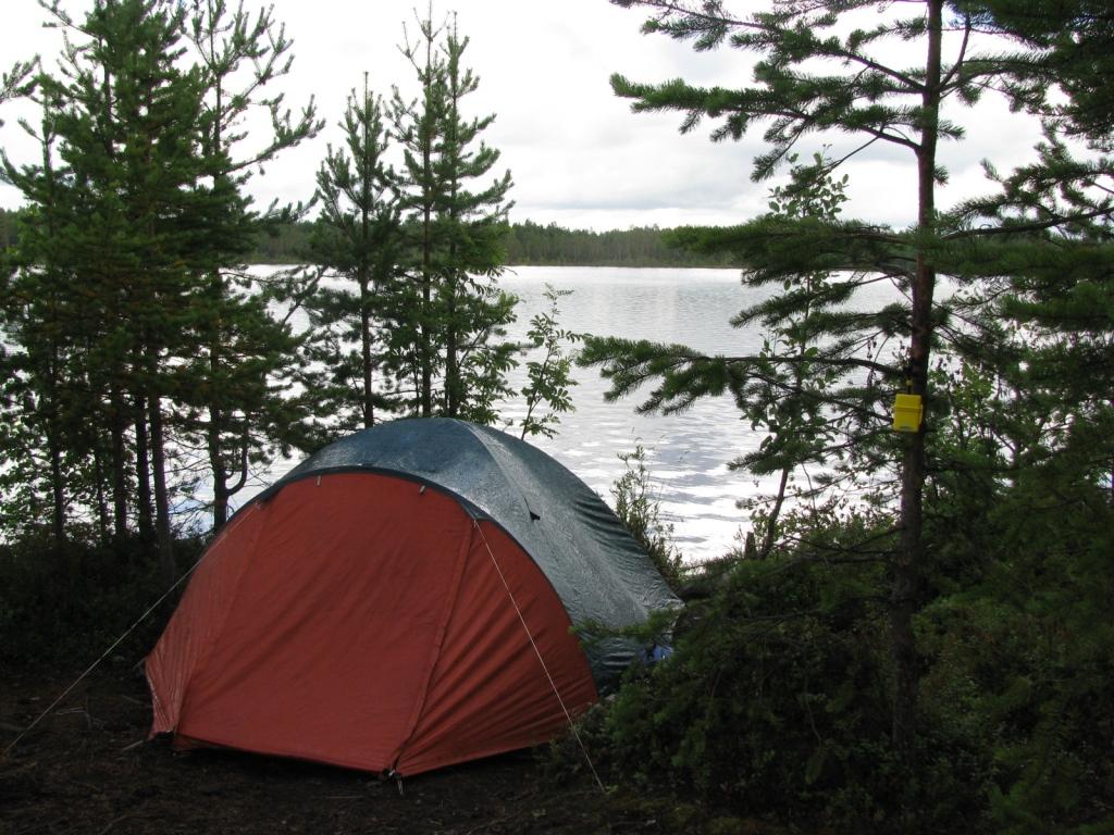 Стоит купить туристическую палатку, чтобы наслаждаться природой в комфортных условиях.