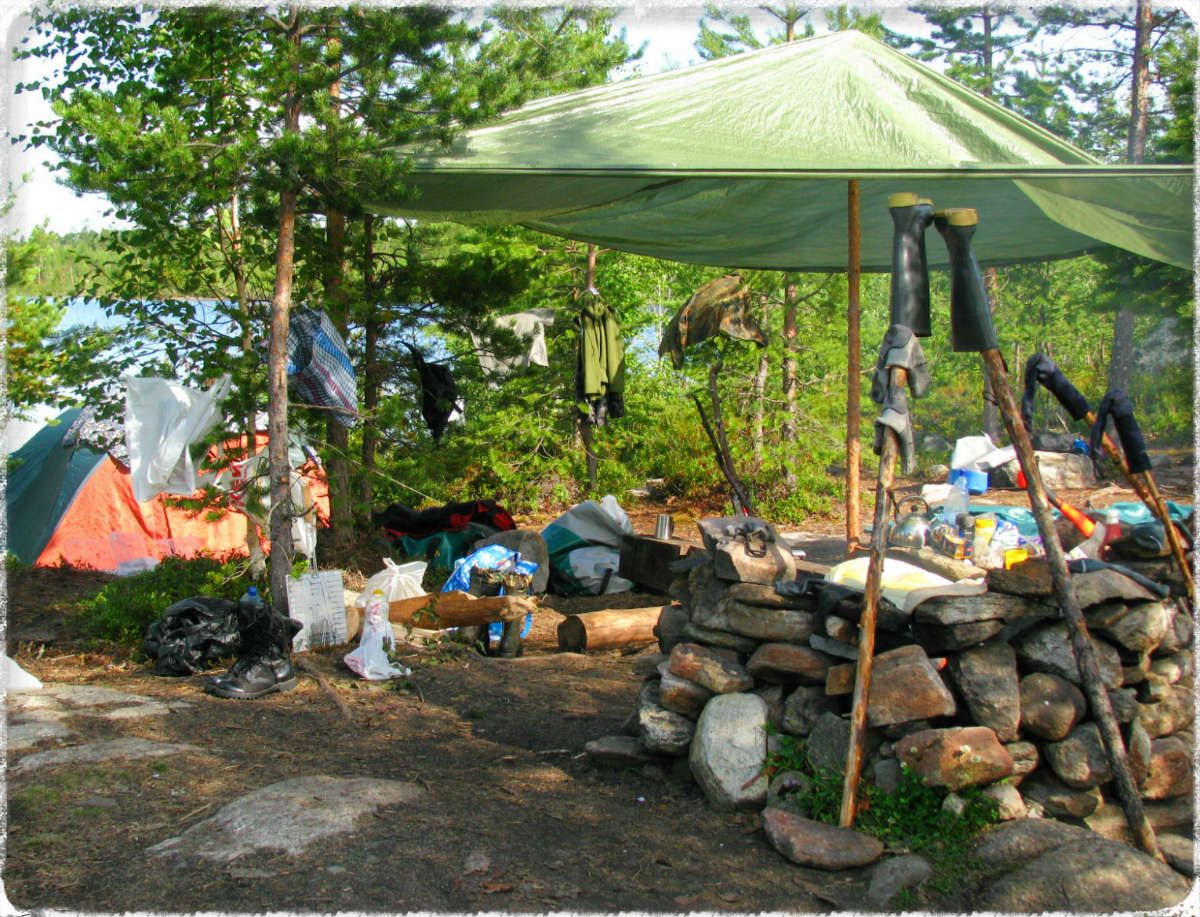 Весьма полезно купить тент туристический,в тени которого разместить походную кухню.