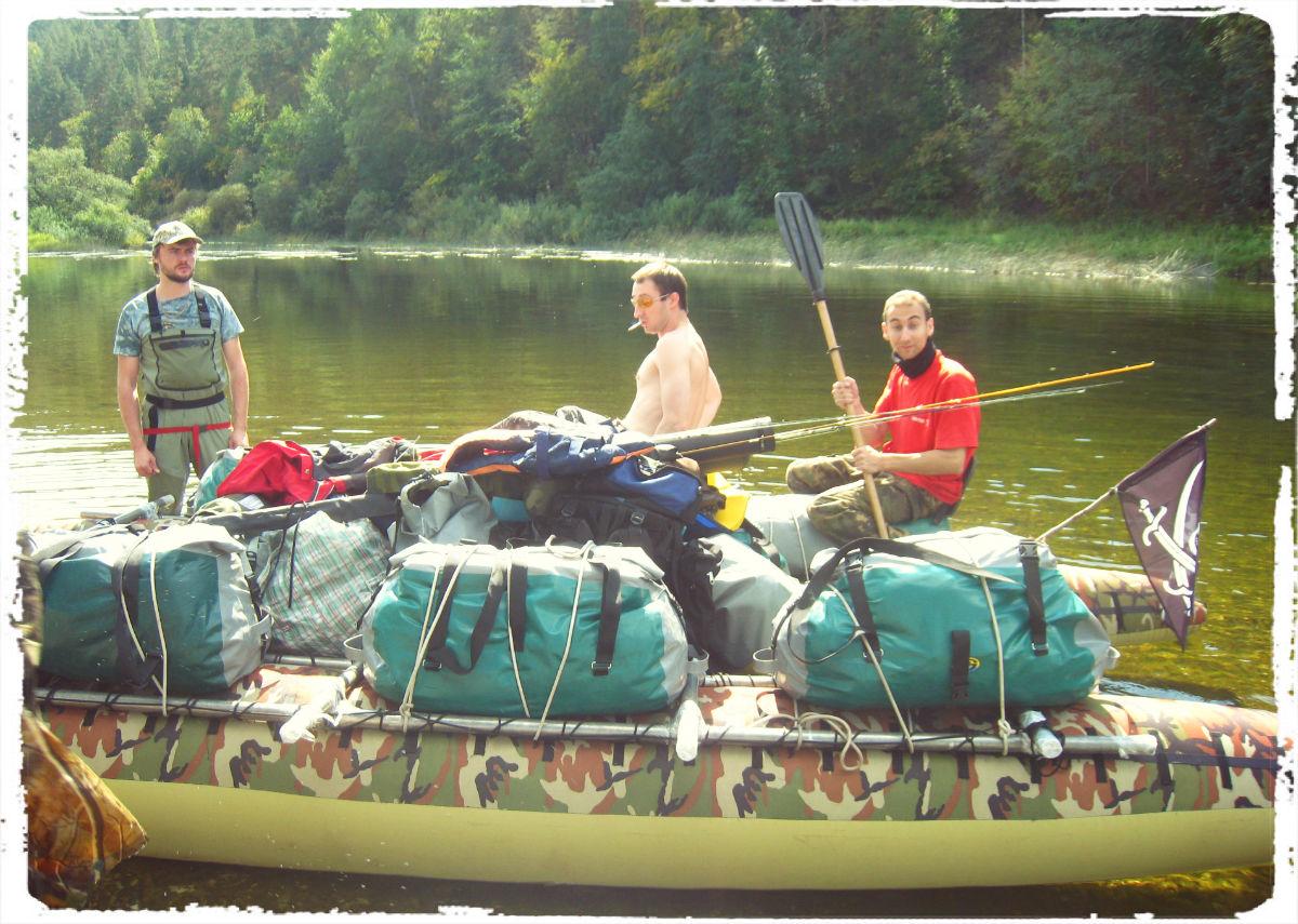 Для транспортировки большого количества снастей имеет смысл купить вместительные рыболовные сумки.