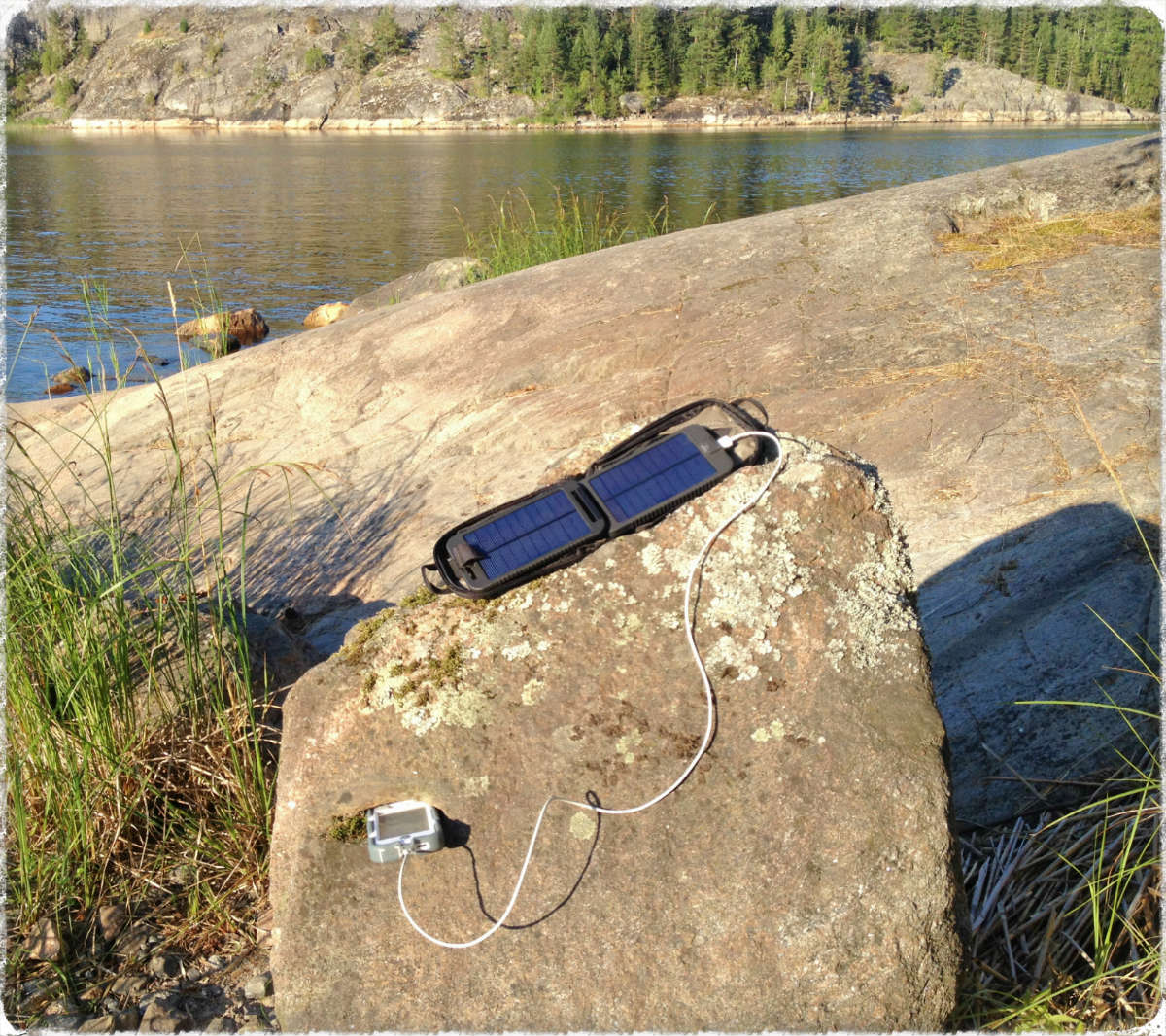 Зарядные устройства на солнечных батареях не займут много места в вашем рюкзаке и при этом способны  без особых проблем зарядить аккумулятор вашего телефона.