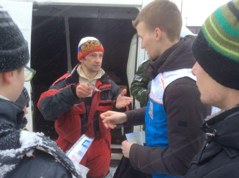 А. Дьяченко вручает свои мормышки