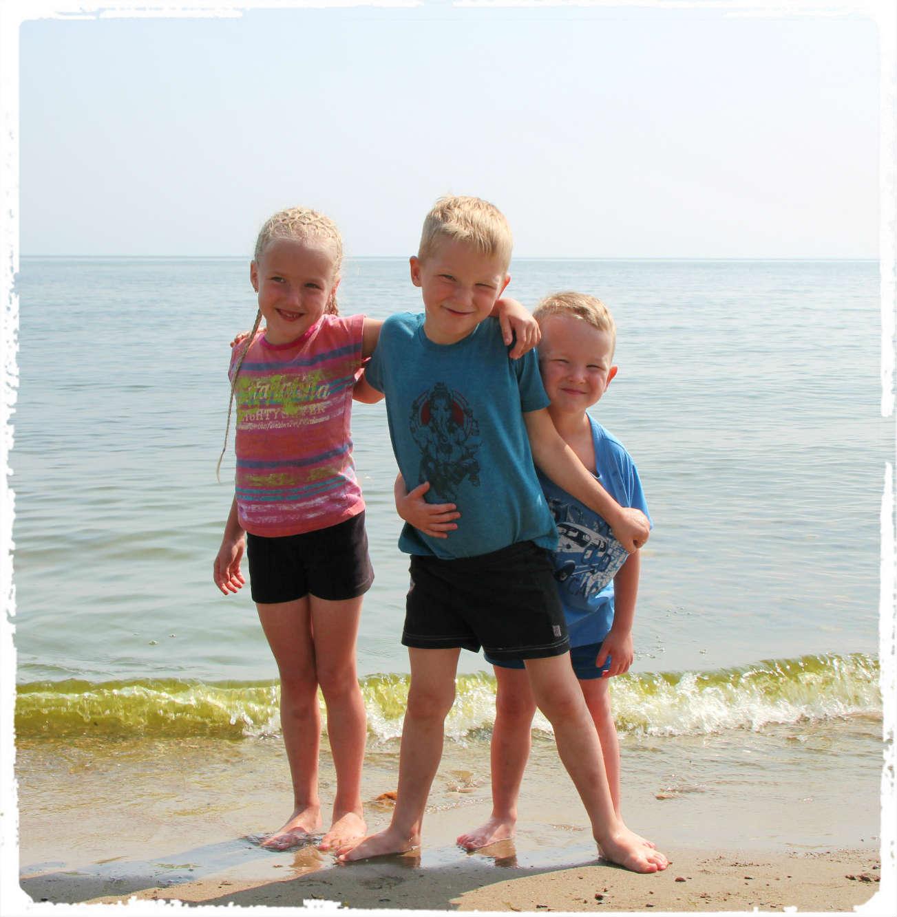 Дети с Настей пошли на Байкал купаться.